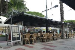 Argus pergola in black on the terrace of a restaurant